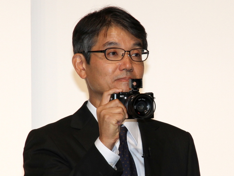 <b>システム&amp;ソフトウェア技術部門長およびB&amp;C推進センター長に就任する石塚茂樹氏。デジタルイメージング事業本部 本部長を引き続き兼任する(2012年9月12日の新製品発表会で撮影)</b>