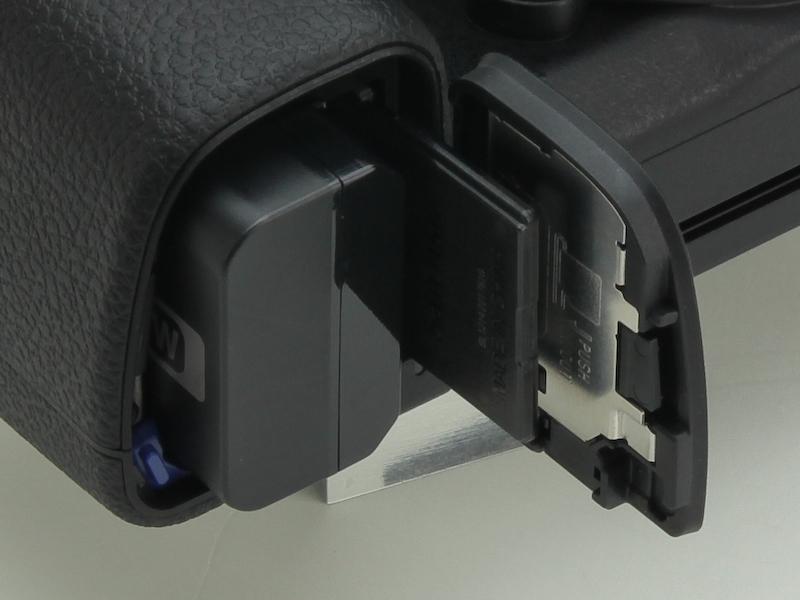 <b>バッテリーおよび記録メディアスロット</b>
