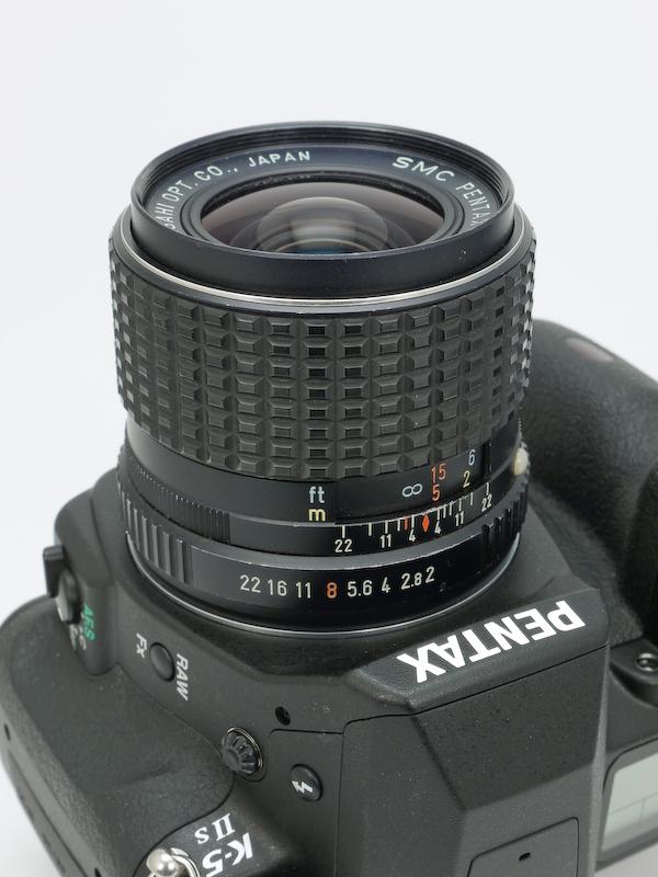 <b>1975年に発売されたKマウント初期の大口径広角レンズ。2枚の球面レンズを組み合わせて非球面レンズと同じ効果を得ている。</b>