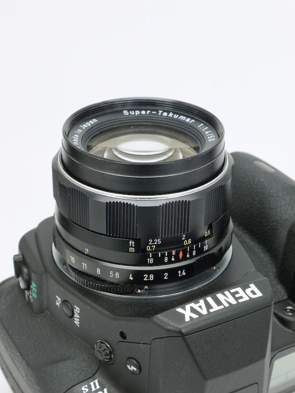 <b>1965年発売の大口径標準レンズ。トリウムを含んだ硝材を用いたアトムレンズとして有名。</b>