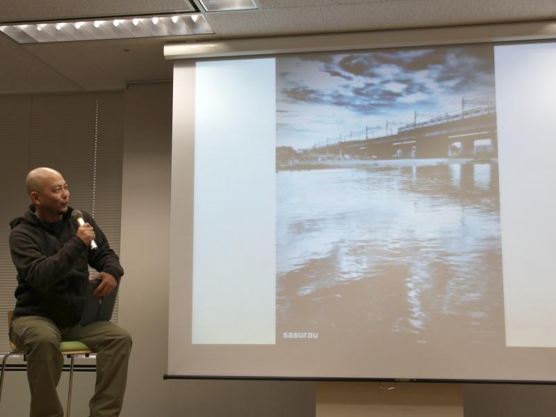 <b>iPhone 4Sで撮影したという多摩川の写真。「天気の変わり目はいい写真を撮れる。雲が川面に写って味わい深くなっている」と紹介</b>