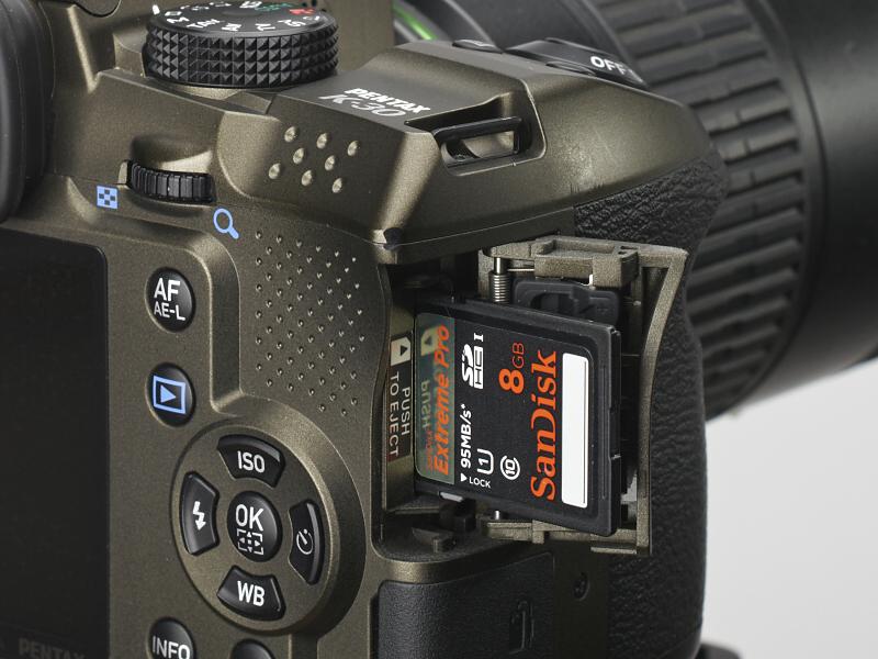 <b>K-30は今のところペンタックスのデジタル一眼レフカメラの中では唯一、UHS-Iに対応したカードスロットを持ち、高速カードの性能を引き出すことができる。</b>