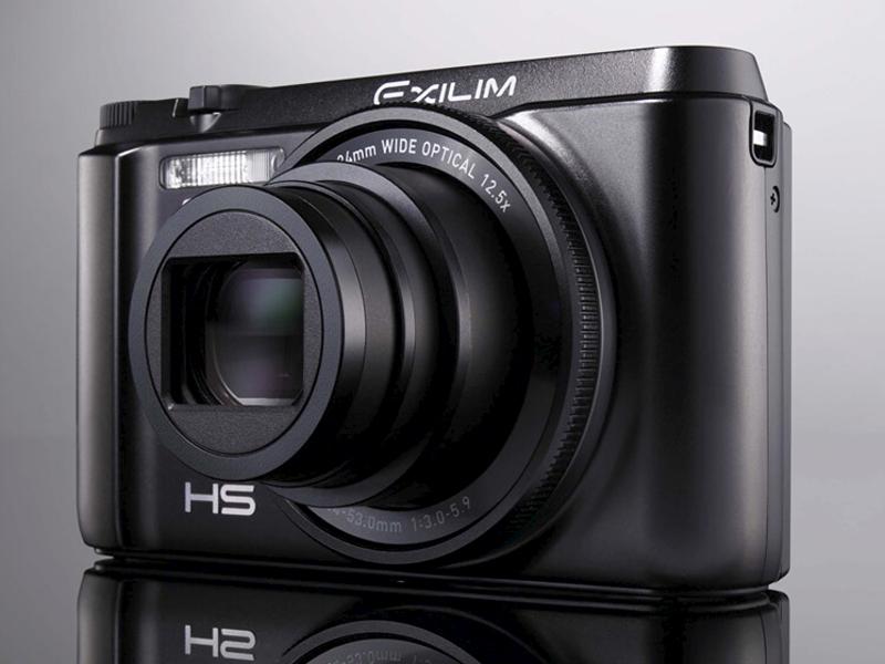 <b>EXILIM最新モデルのEX-ZR1000。自分撮りが可能なチルト液晶モニター、レンズ根元のファンクションリング、完全新規のUIなど、EXILIMの集大成ともいえる製品。実勢価格は5万円前後</b>