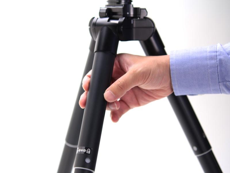 脚径が30mmもあるのが新製品の特徴。三脚としてはイレギュラーな形状ながら、推奨積載3kgを実現している。
