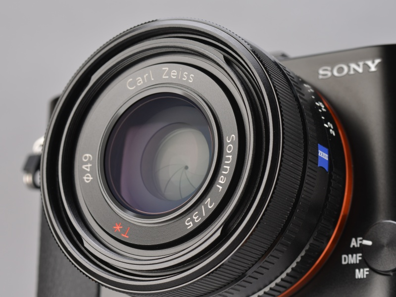 <b>レンズはカールツァイスのゾナー35mm F2。光学式手ブレ補正は搭載されていないが、大きさを考えると手ブレ補正非搭載は現実的な判断だったと思う。なお、動画撮影時は電子的な手ブレ補正が使える。</b>