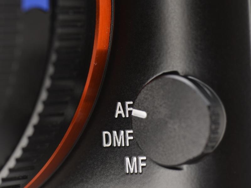 <b>フォーカスモードはボディ前面にあるこのダイヤルで切り替える。DMFにすると、AF後に切り替え操作なしでMFによるピント補正が可能になる。</b>