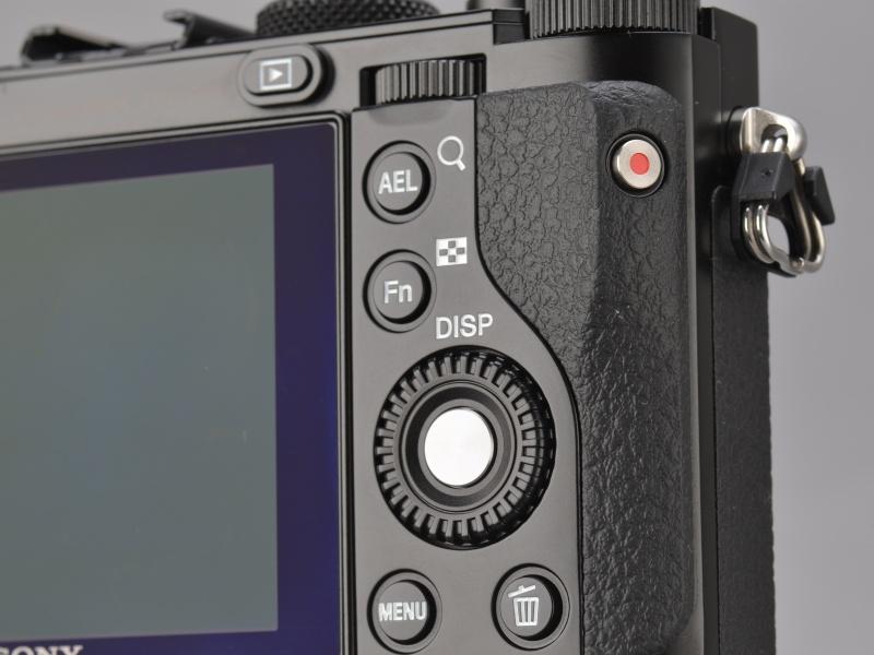 <b>背面右手側の操作部。動画ボタンはNEX-7の反省からか、かなり誤操作に配慮した位置と向きになっている。AEロックボタンは別機能に入れ替え可能。</b>