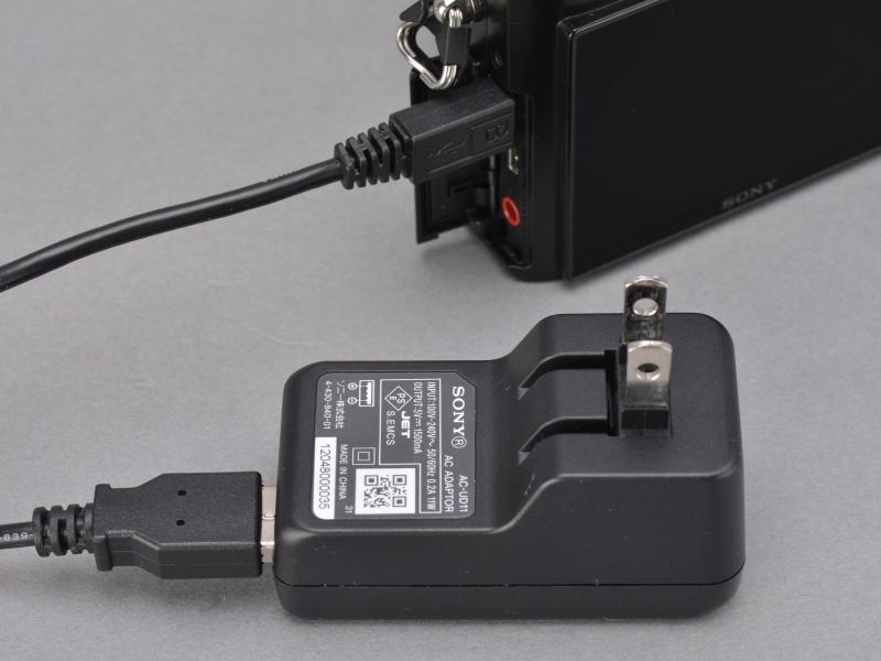 <b>充電は付属のACアダプターを使ったUSB充電。ボディ内充電がイヤという人にはバッテリーチャージャー「BC-TRX」が別売で用意されている。</b>
