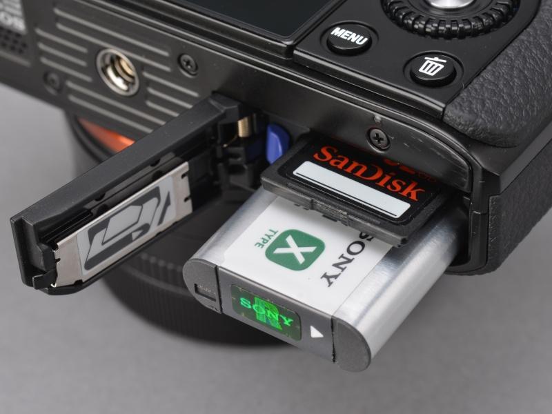 <b>電池はRX100と同じ「NP-BX1」。記録メディアはメモリースティックデュオ系かSDカード系のいずれか。SDカードはSDXCにも対応している。</b>