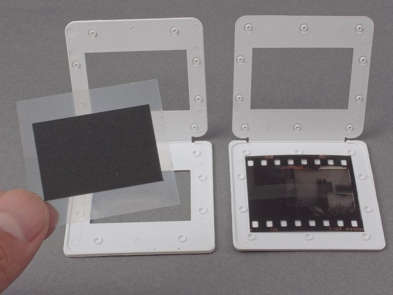 <b>まずはフレームスクリーンを製作する。35mmスライドマウントに、透明フィルムに黒ケント紙(35mmフィルムの画面より一回り小さくカット)を貼ったパーツを挟み込む</b>