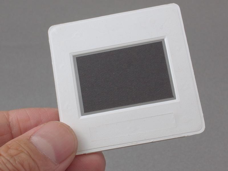 <b>でき上がったフレームスクリーン。35mmフィルム画面を黒ケントで覆い、周辺部だけを通過させる構造になっている</b>