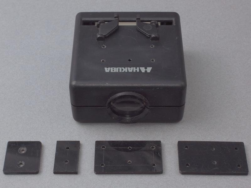 <b>スライドビューワー本体には、カメラ装着シューを取り付ける工作を行なう。ご覧のようにABS板をカットし、ドリルでねじ穴を開け、4つのパーツを製作した</b>