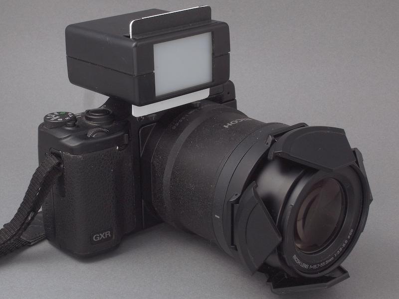 <b>光漏れ対策をしてようやく完成。もとのA16ユニットのスタイルと相まって、なかなかマニアックで凄みのあるカメラに仕上がった(笑)。このコンツールファインダーの画角はライカ判換算50mm相当で、A16ユニットのレンズも「ステップズーム」機能でそのレンジにセットし、使用することにする</b>