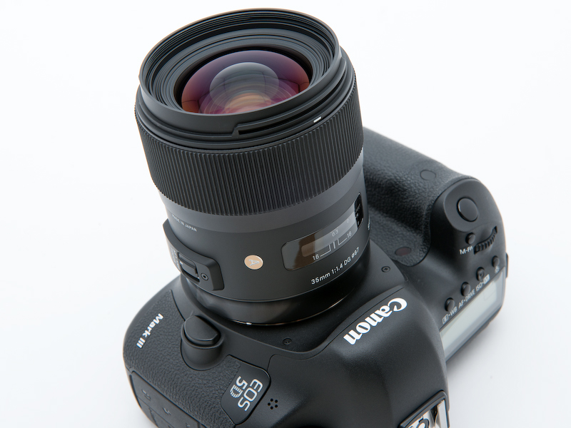 <b>EOS 5D Mark IIIに装着。発売はシグマ用が11月23日、キヤノン用が11月30日。ソニー用、ニコン用、ペンタックス用の発売日は未定。価格は12万3,900円</b>