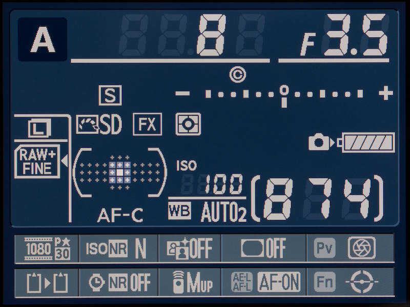 <b>これは感度自動制御オフ時のインフォ画面。感度はISO100固定でシャッター速度が1/8秒という条件。</b>