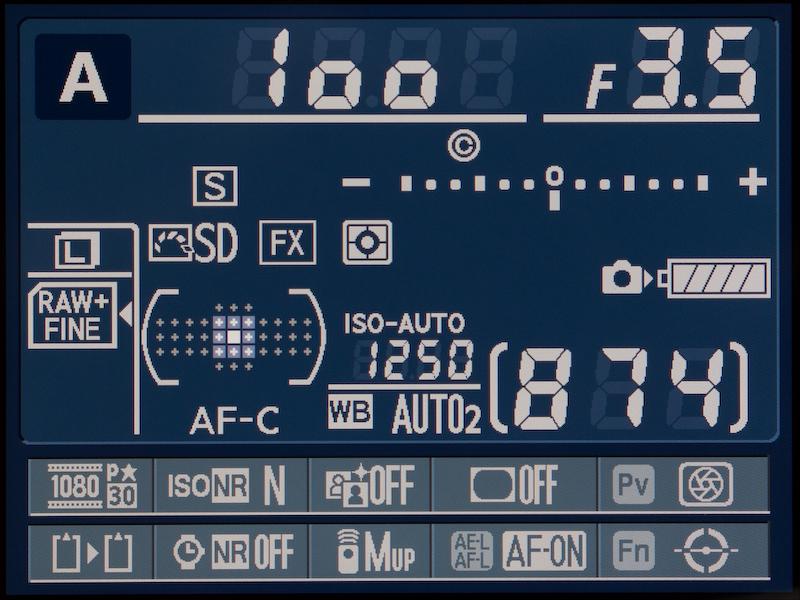 <b>で、感度自動制御をオンにする。シャッター速度が「1/焦点距離」秒より1段速くなるように、感度が自動的にアップダウンする。便利です。</b>