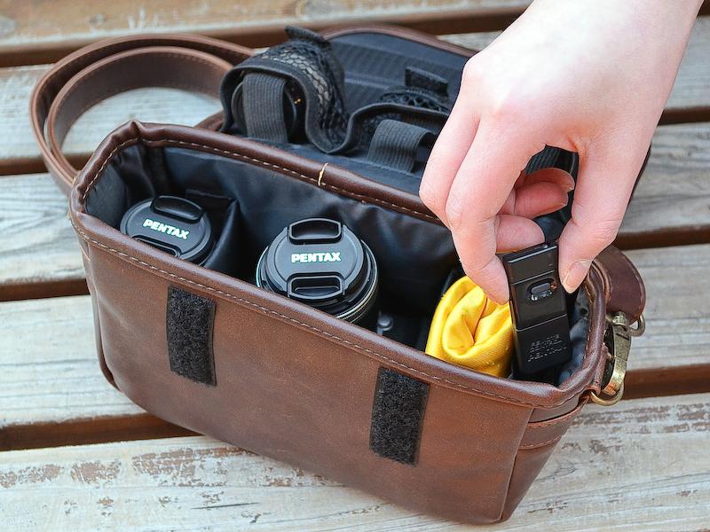 <b>ズームレンズを付けたまま収納するときは、上向きにすると取り出しやすくて便利でした。サイドポケットにはリモコンを常備!</b>