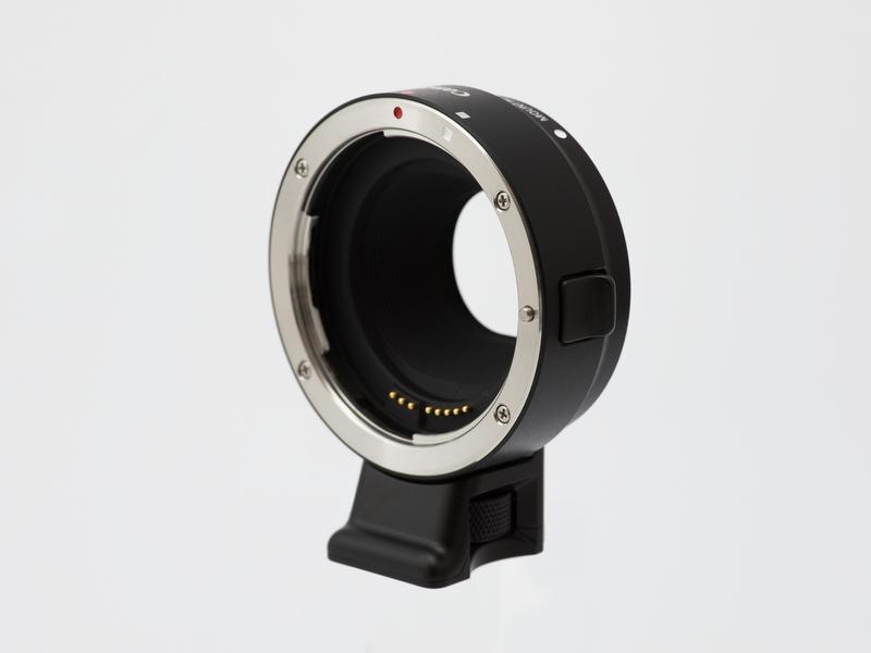 マウントアダプターEF-EOS M。ダブルレンズキットには同梱されているが、単体でも売っている。お値段は12,600円である。