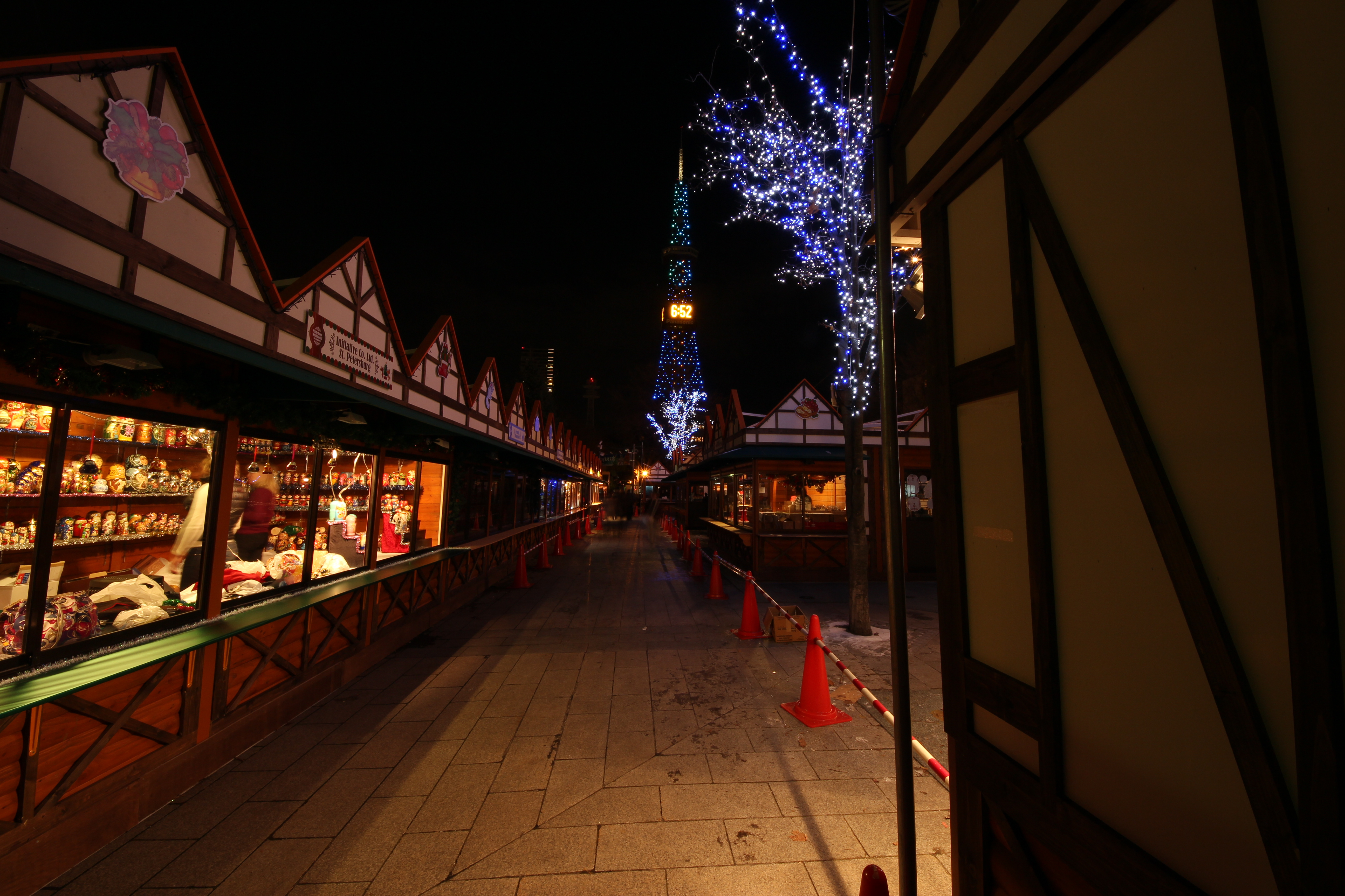 「ミュンヘン・クリスマス市 in Sapporo」というイベントも(少し遅れての開催なので、このときはまだ工事中)。EOS M / SIGMA 8-16mm F4.5-5.6 DC HSM / 5,184×3,456 / 3.2秒 / F11 / ISO100 / WB:太陽光 / 8mm(12.8mm相当)
