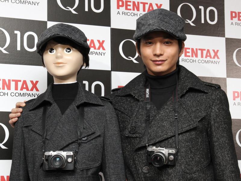 おそろいの衣装を着たQ10 chappie(左)と向井さん