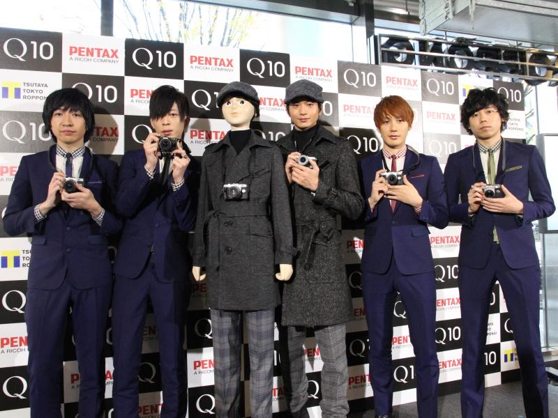 向井理さん(中央右)とTHE BAWDIES(左からJIMさん、MARCYさん、ROYさん、TAXMANさん)