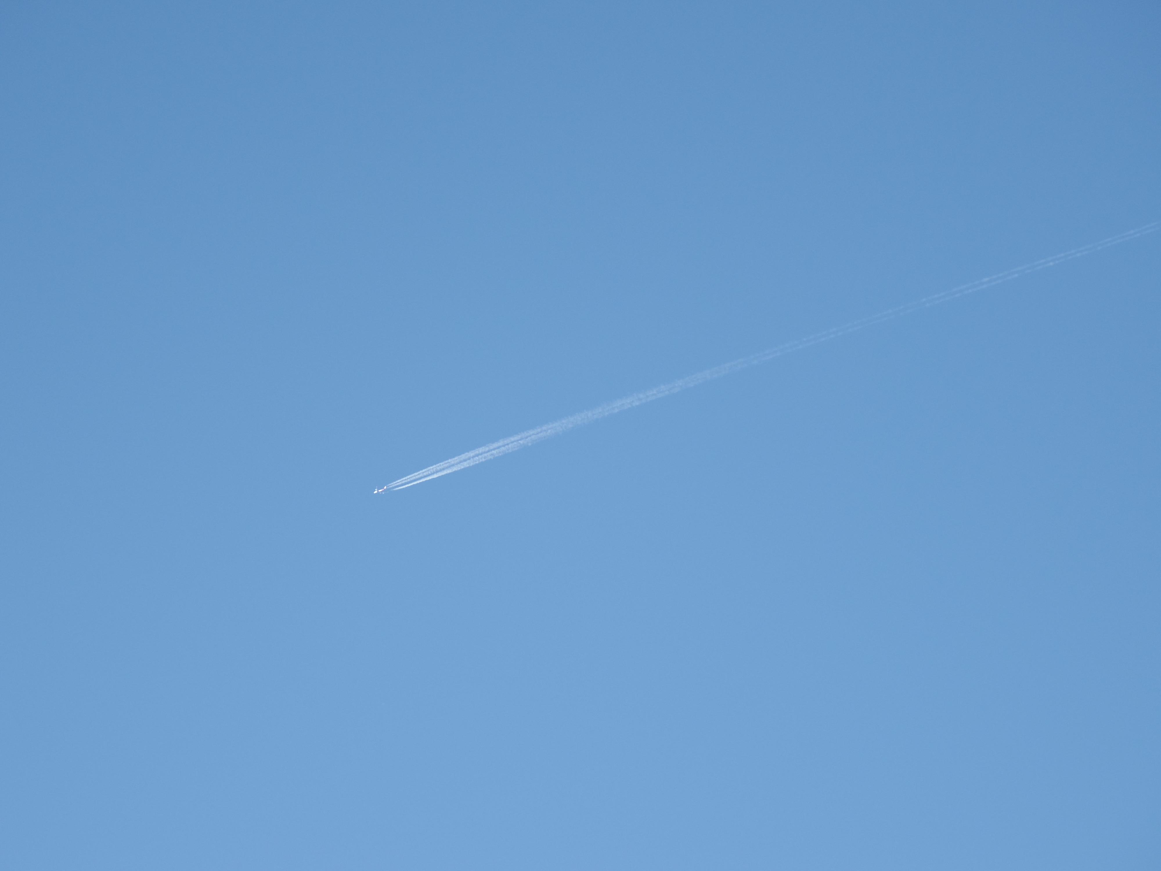 ふと見上げると飛行機雲が。急いでカメラを空に向けて撮ったときにAFの良さを実感。PENTAX Q10 / 06 TELEPHOTO ZOOM / 約1.5MB / 4,000×3,000 / 1/1,000秒 / F2.8 / 0EV / ISO100 / 32.9mm