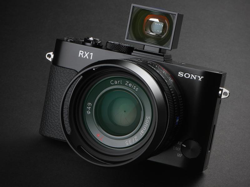 サイバーショットDSC-RX1。発売は11月16日。実勢価格は24万8,000円前後(写真のファインダーとフードはオプション)。
