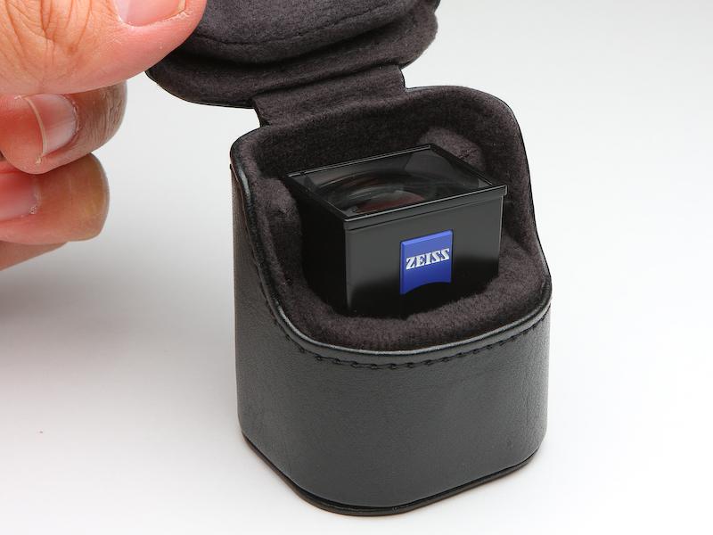 たいへんつくりのよい光学ビューファインダー用のケース。外装は本革製のようで、内装も丁寧なつくり。単品でも販売してほしく思えるが、売価は5千円をくだらないかも。