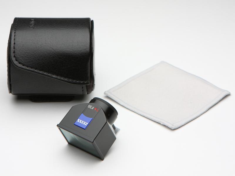 無理して光学ビューファインダーキット「FDK-V1K」も購入。筆者はコシナ製カールツァイスの21mmビューファインダーを所有するが、見比べるとほぼ同じつくり。おそらく、この光学ビューファインダーもコシナ製かと。