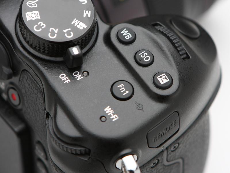 従来からある後ダイヤルに加え、前ダイヤルが備わったほか、露出補正をはじめとするボタンをトップカバーに配置。電源スイッチはこれまでどおりレバータイプとしている。