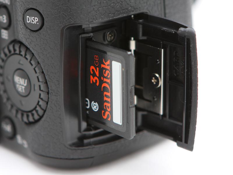 カードスロットはカメラを背面から見て、右側面部に備える。カメラ底部のバッテリー室と兼用することがほとんどのミラーレスのなかで、独立したスロットを備えるのは珍しい。