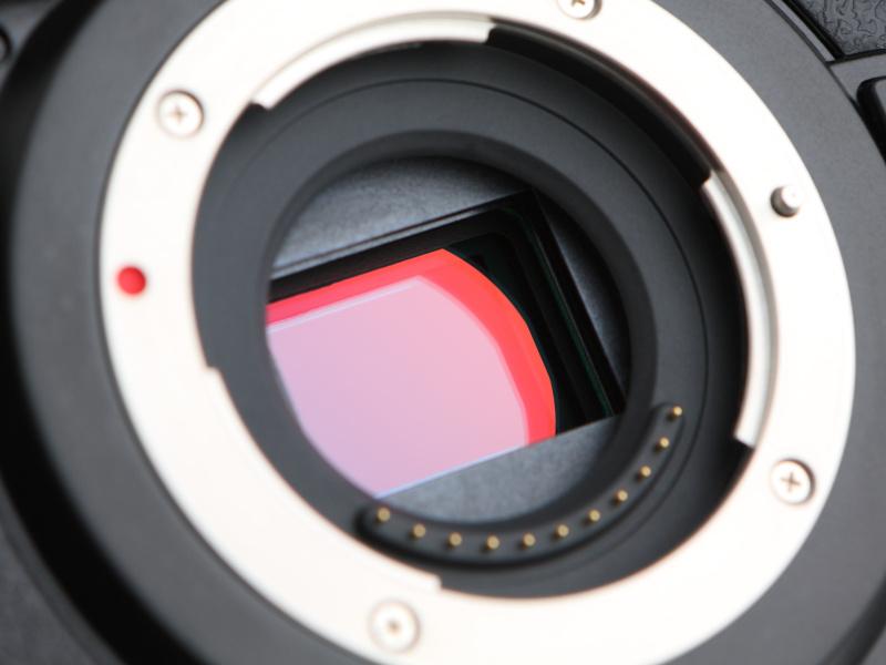 有効1,600万画素の4/3型Live MOSセンサーを搭載。新開発のローパスフィルターは、ローパスレス並みの高解像度を維持しながらモアレや偽色を抑えたものとしている。
