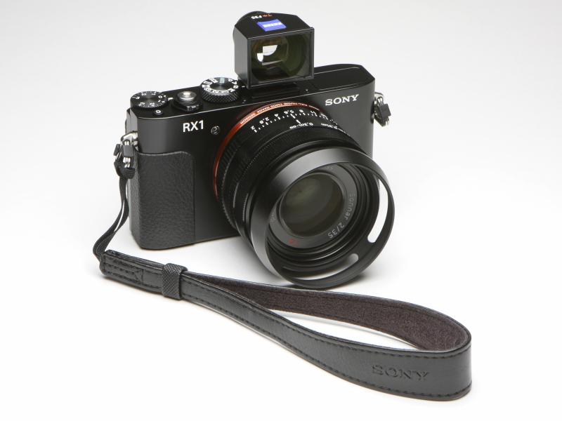 年末に純正のリストストラップ(STP-WS2)を手に入れた。肩掛け用の一般的なストラップよりも使い勝手がイイ。カメラを正面から見て右側の三角リングは閑を持て余し中。