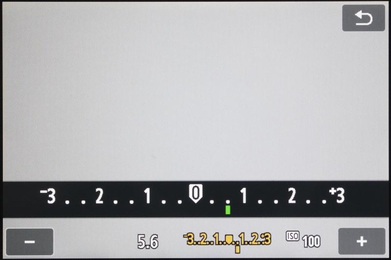 こちらは露出補正のアイコンにタッチしたときの画面。小さくてもうひとつ扱いづらい電子ダイヤルを回す操作よりも、左右キーを押すほうが操作の確実性は上。