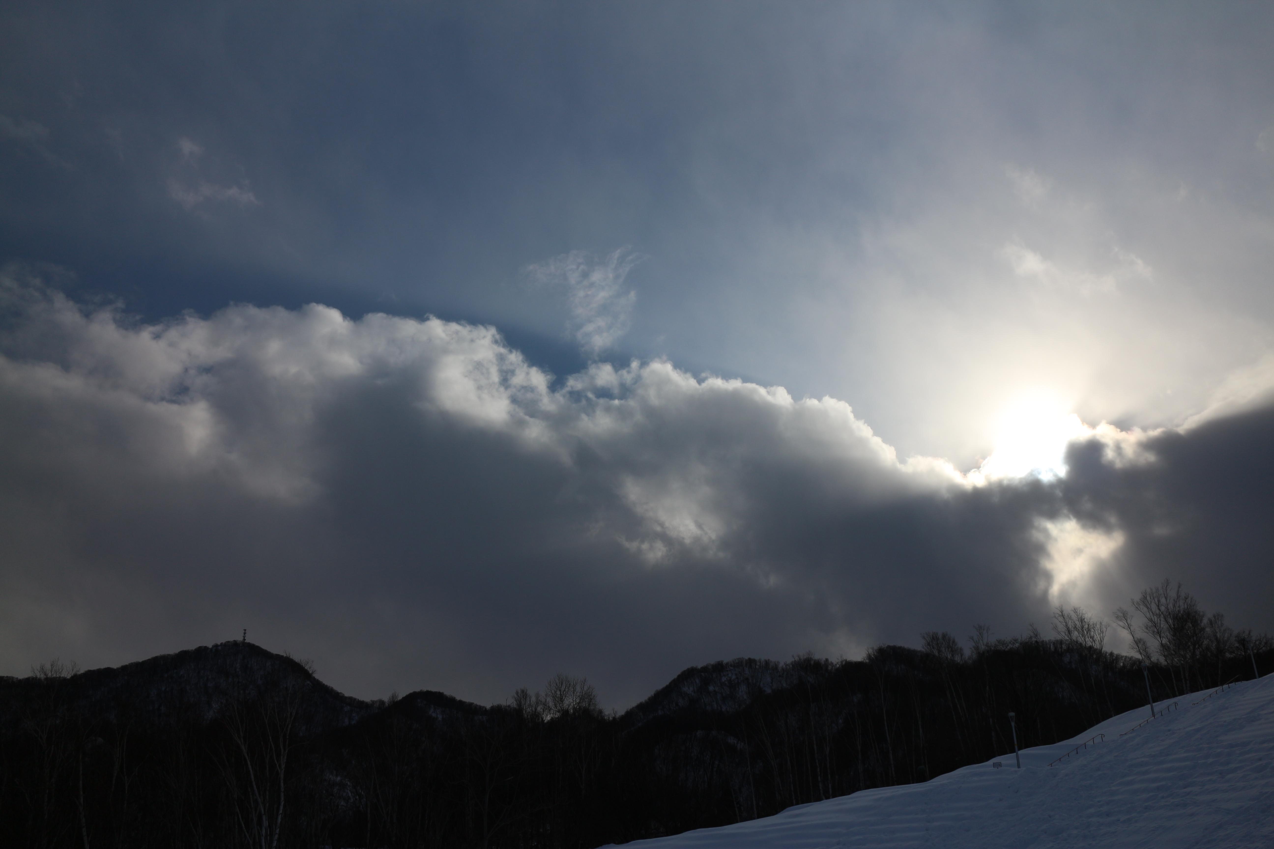 午前中は晴れていたのに、カメラを持って出かけたら雲が出て、こんな感じ。EOS M / EF-M 18-55mm F3.5-5.6 IS STM / 5,184×3,456 / 1/2,500秒 / F5.6 / -0.7EV / ISO100 / WB:オート / 18mm(29mm相当)