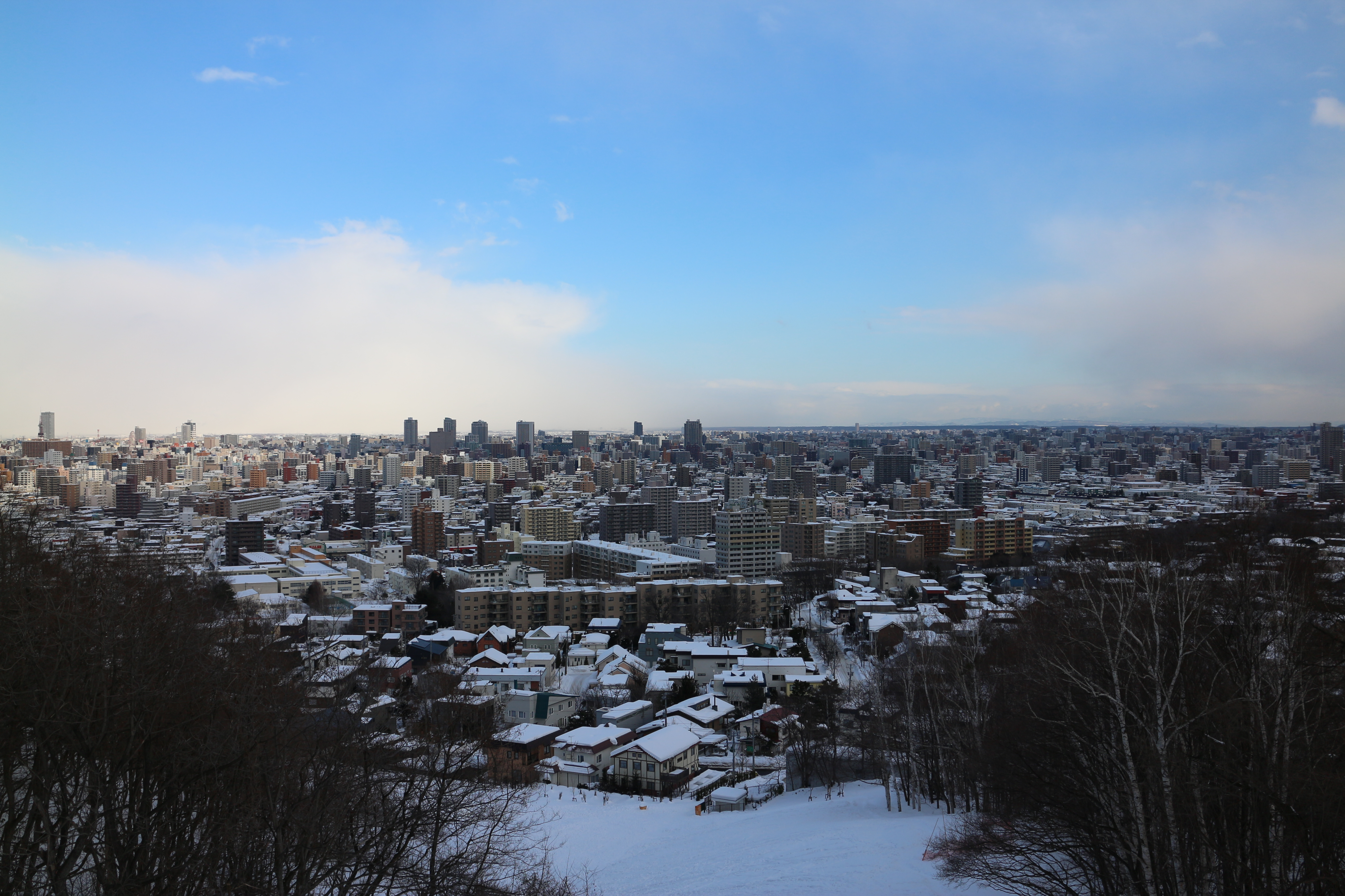 旭山記念公園の展望広場からの市街地。左手奥のほうはたぶん雪が降ってる。EOS M / EF-M 18-55mm F3.5-5.6 IS STM / 5,184×3,456 / 1/800秒 / F5.6 / 0EV / ISO100 / WB:オート / 22mm(35mm相当)