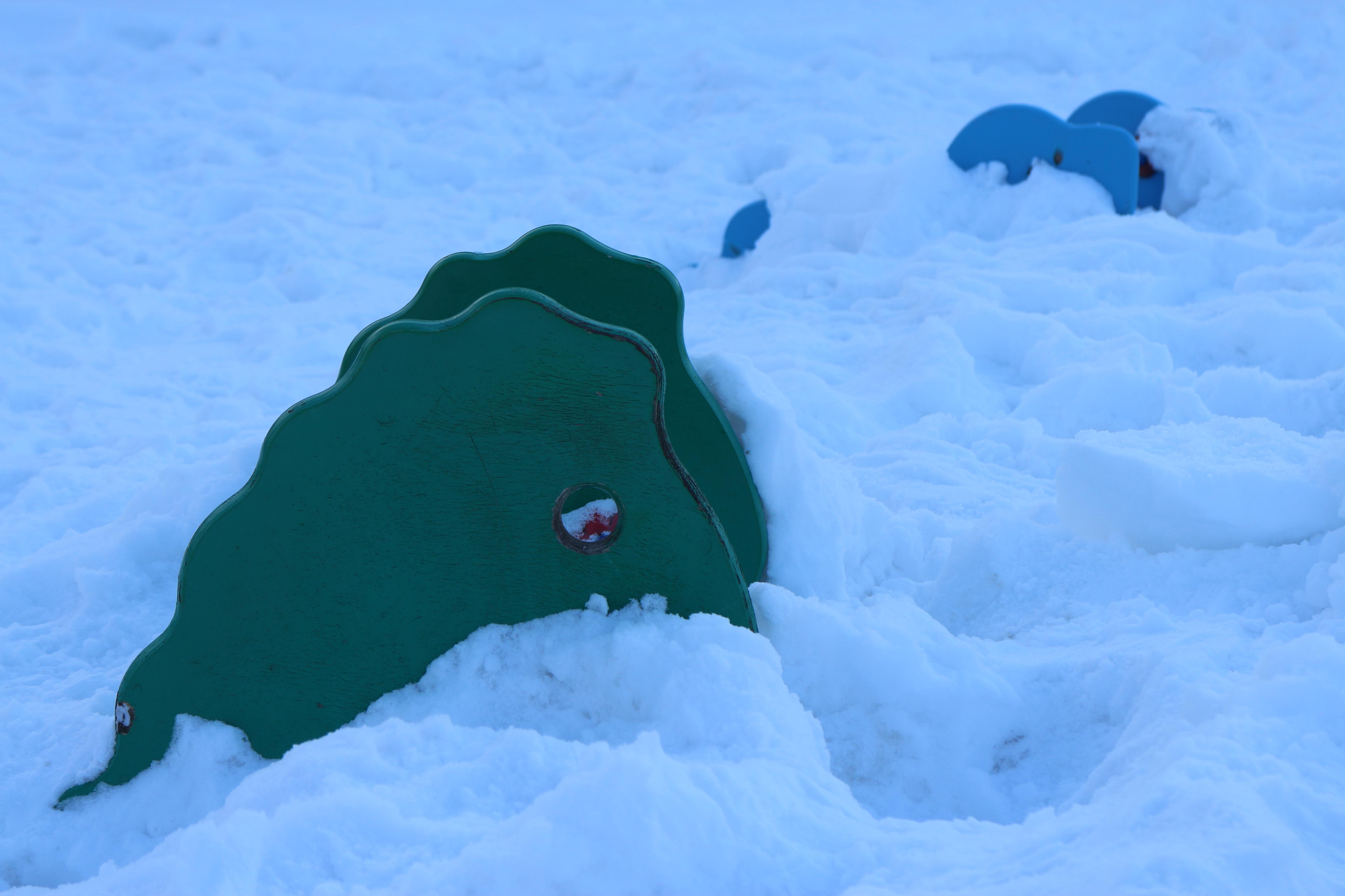 冬の公園は雪捨て場になるので、遊具はこんなふうに埋もれてしまう。EOS M / EF-M 18-55mm F3.5-5.6 IS STM / 5,184×3,456 / 1/100秒 / F7.1 / 0.3EV / ISO100 / WB:オート / 55mm(88mm相当)