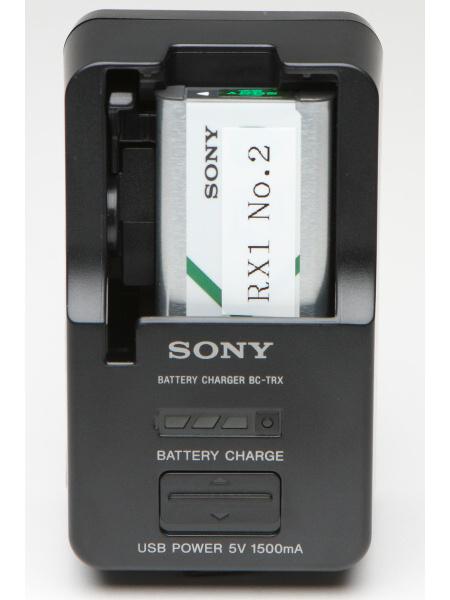 バッテリーチャージャー「BC-TRX」を購入。ただし、DSC-RX1用のバッテリー(NP-BX1)は、どの位置にセットするのか分かりづらいうえ、正しくない位置でも収まってしまう(もちろん充電はされない)。