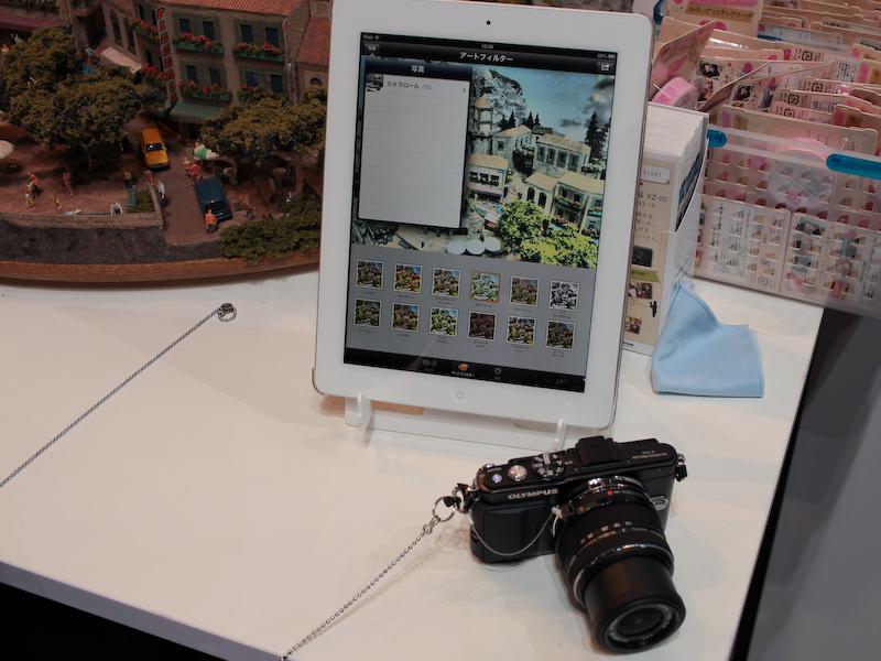 無線LAN内蔵SDHCメモリーカード「FlashAir」と組み合わせてスマートフォンなどに画像を転送できるオリンパス製アプリ「OI.Ssare」のデモも行なっていた
