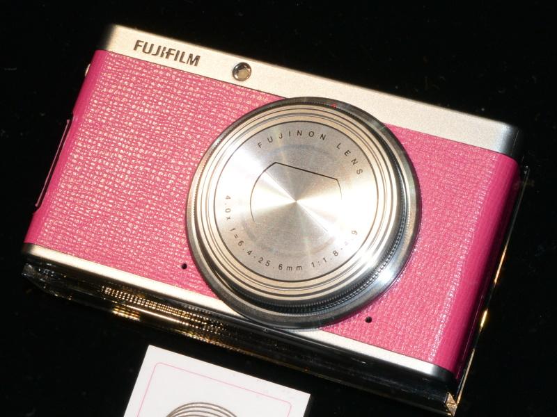 FUJIFILM XF1のバーニーズニューヨーク(BARNEYS NEWYORK)コラボモデルも一堂に展示していた
