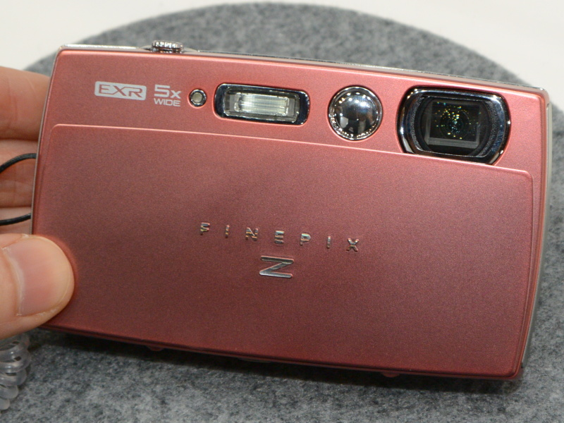 FinePix Z2000EXR。Wi-Fi、赤外線通信に対応する薄型5倍ズーム機