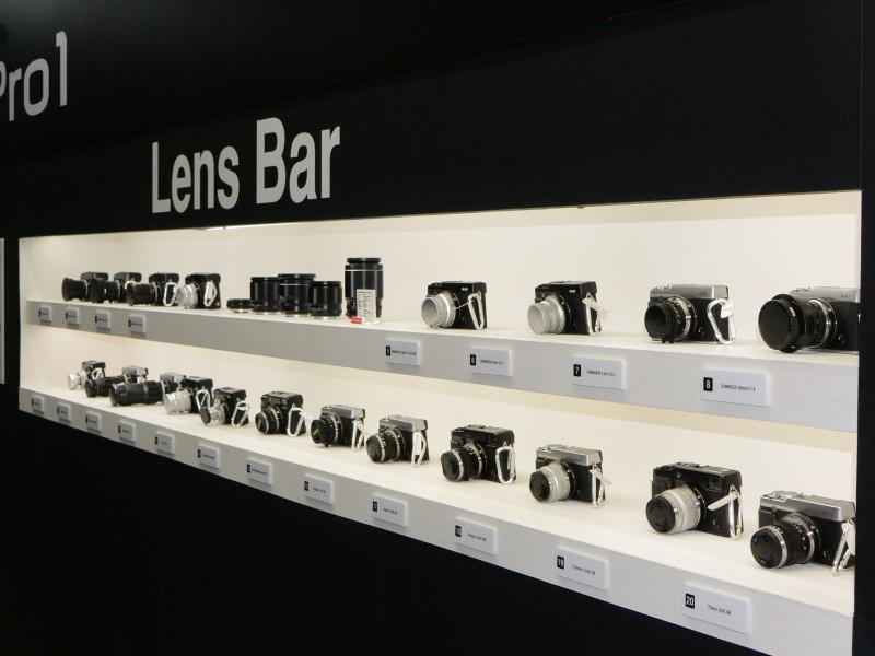 レンズ交換式のXシリーズにMマウントレンズなどを装着した「Lens Bar」のカウンターを設置