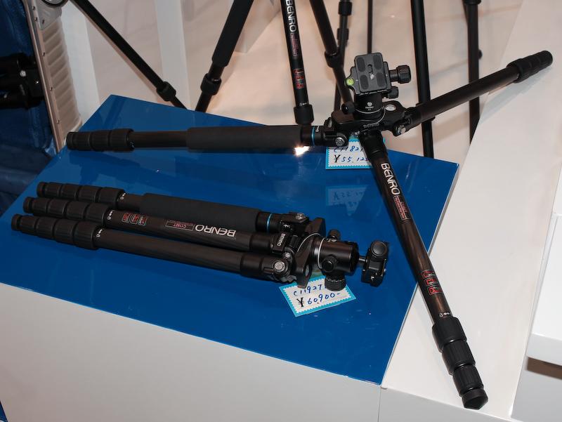 折りたたむとフラットになる三脚は、新たにローポジション開脚に対応した。