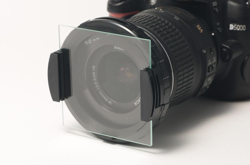 マルチホルダー76(ケンコー)に75mmテクニカルガラスを取り付けたところ。このガラスに細工をする。