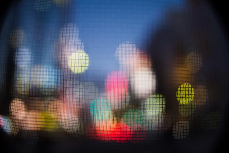 丸くボケているのは街の灯り。被写体の中に光源があるときれい。D600+カールツァイス ディスタゴン T* 2.8/25 / マニュアル露出 / 1/80秒 / F2.8