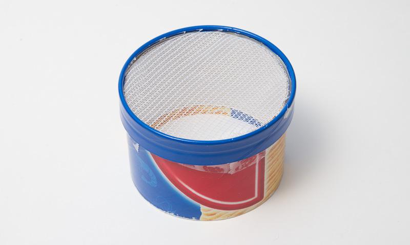 100円ショップで買ったレースのカーテンをお菓子の空き箱に取り付けてフィルターにしてみる。