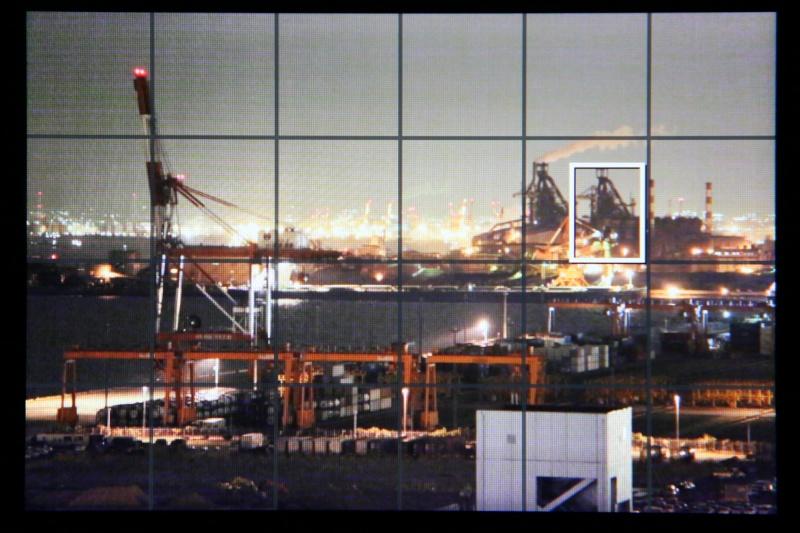 カメラ電子水準器機能が無いカメラでも、ライブビュー撮影にグリッド線表示を活用できる。グリッド線の中央の線を被写体の垂直線に合わせると、被写体の垂直を出すことができます。