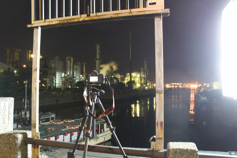 レンズフードを装着しない状態では、画面左側に街灯の影響が出て、部分的にムラが出ました