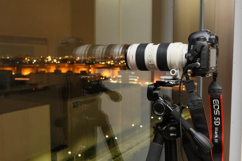 ガラス越しの撮影では、ガラス面に対してカメラをできるだけ垂直に向け、ガラスに密着させます。レンズが望遠側ほどガラスの写り込みが画面に入りにくくなります。