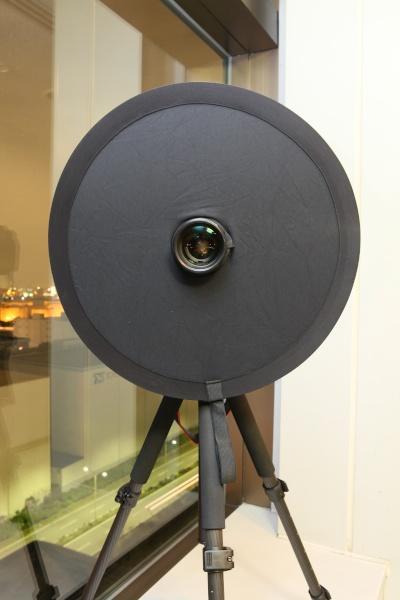 よしみカメラの「忍者レフ」。片面が黒、片面が白で中央部にレンズを通す穴がついている。黒い面はガラス越しの撮影用